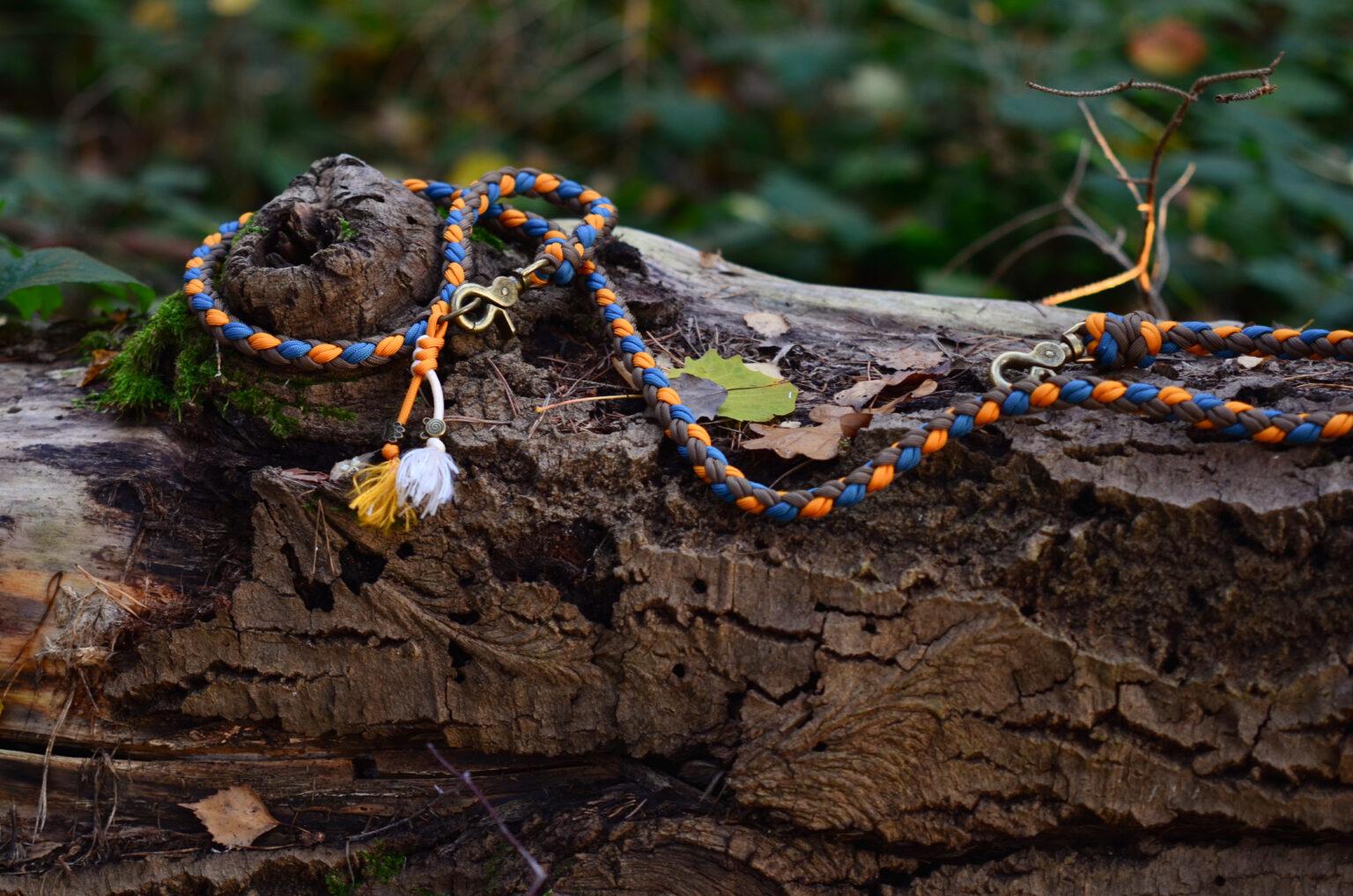 Ein süßes Detail am Ring der Handschlaufe verleiht der wunderschönen Kombination aus Blau, Orange und Braun zusätzlichen Charme.
