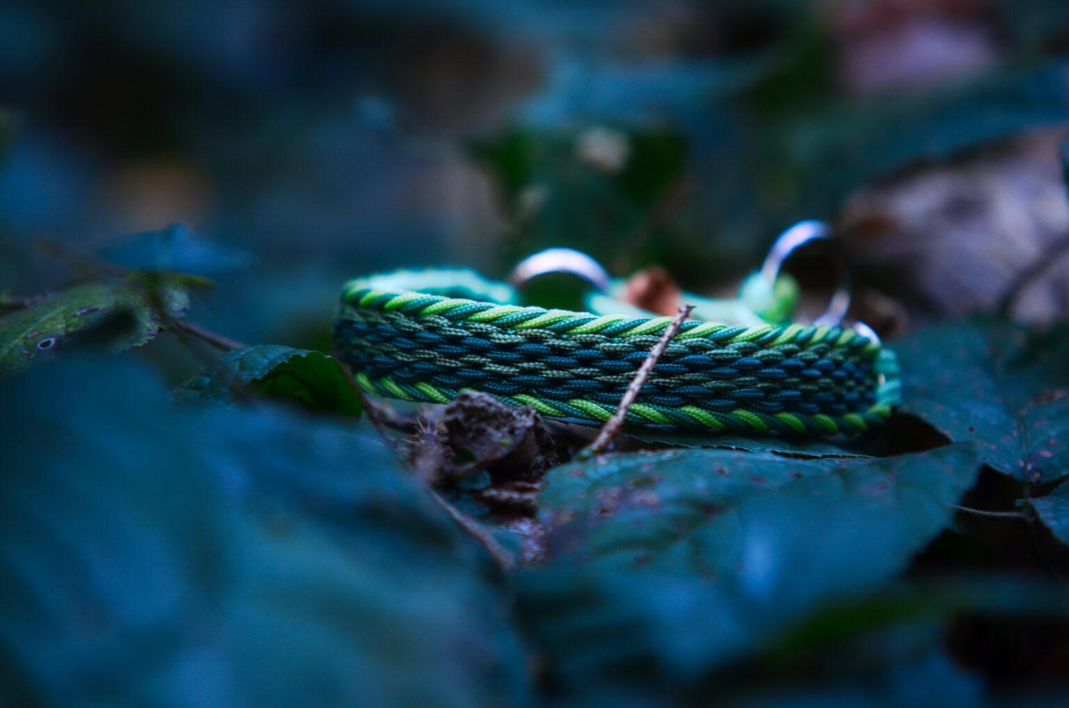 Auch ganz ruhig in nur einem Farbspektrum ein Hingucker - die verschiedenen Grüntöne lassen das Halsband natürlich wirken.