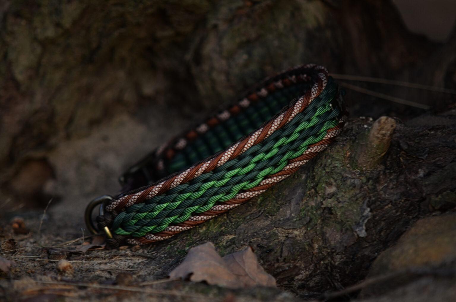 Eine gedeckte Farbkombination aus Grün- und Brauntönen. Das gemusterte Cord im Rand gibt dieser Kombination noch das kleine Etwas.