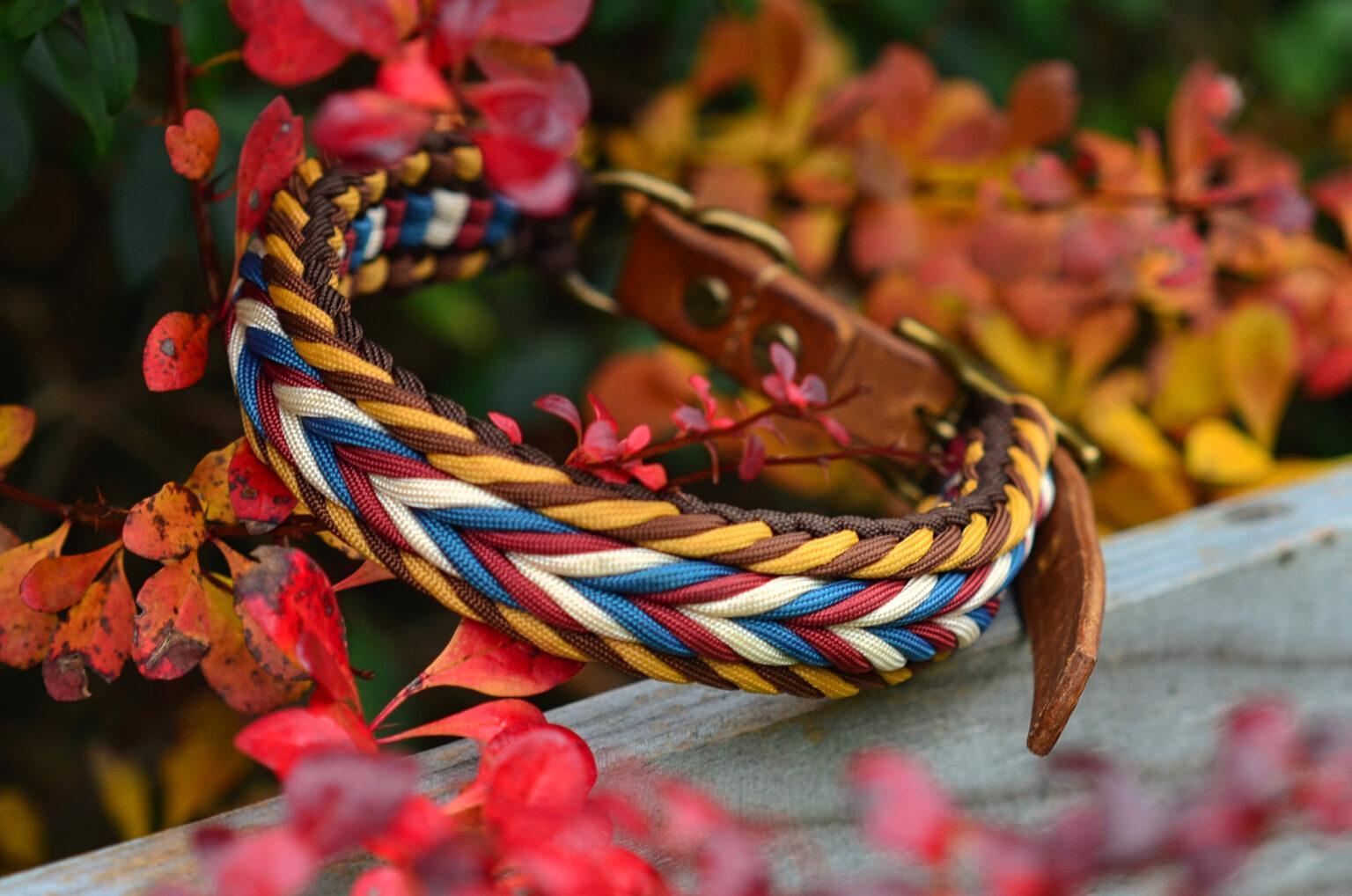 Erdige Töne im Rand und Blau, Rot Weiße Pfeilspitzen erinnern an indigene Muster.