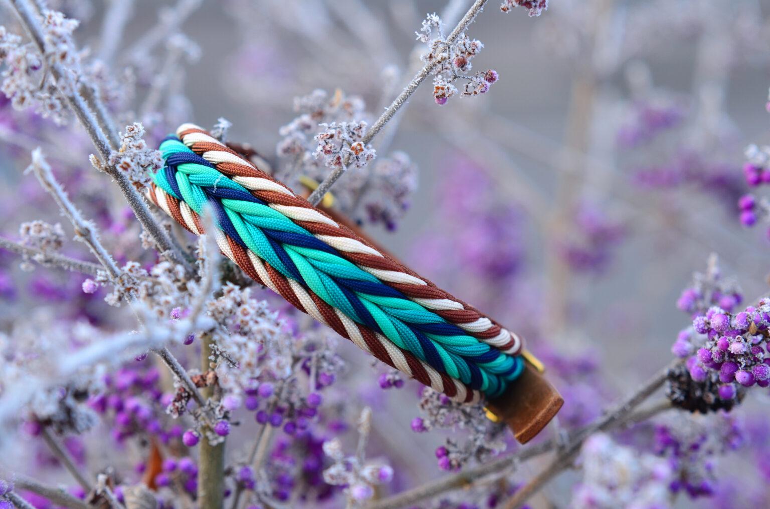 Ein Halsband in Türkis- Blau mit Rand aus Braun und Creme