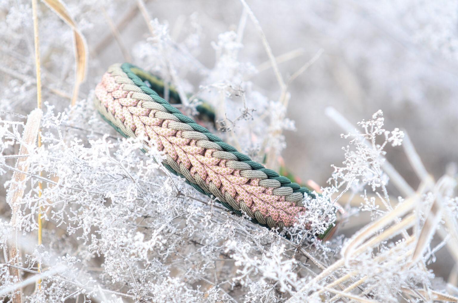 Eine sanfte Farbkombination aus Rosa und Grün, Das gemusterte Cord in der Mitte bildet eine harmonische Verbindung zum Rand