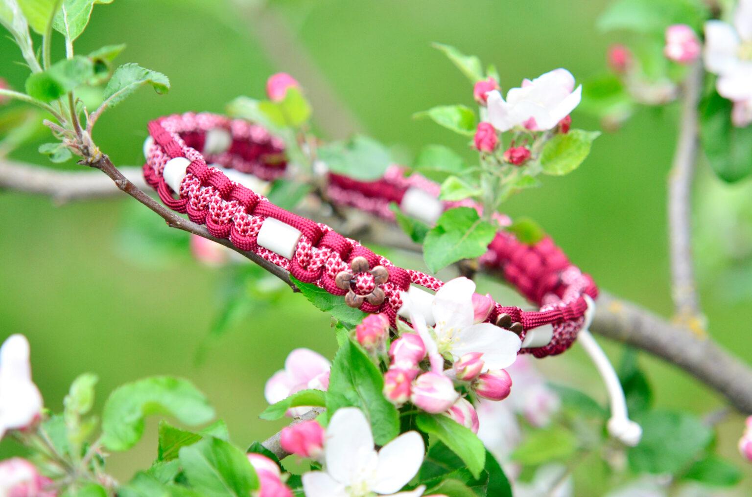 Neben den Keramikperlen trägt die hübsche Bella auch kupferfarbene Blumen an ihrem Zeckenhalsband.