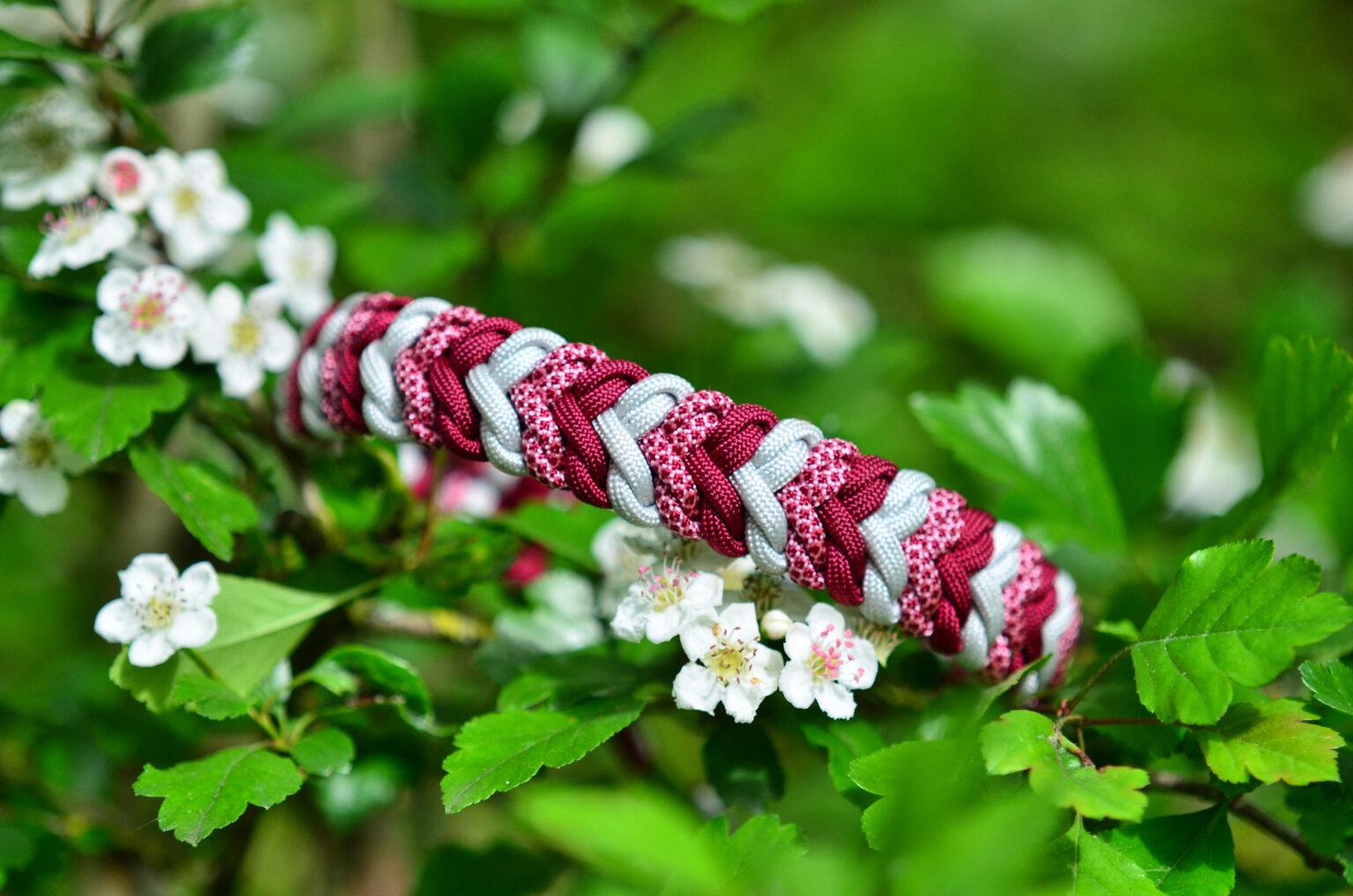 Das gemusterte Cord macht diese Farbkombination aus Bordeaux und Silbergrau richtig pfiffig.