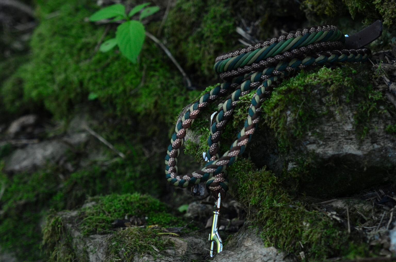 Die natürliche Farbkombination aus Braun und Grün erhält das gewisse Etwas durch das eingeflochtene gemusterte Cord.