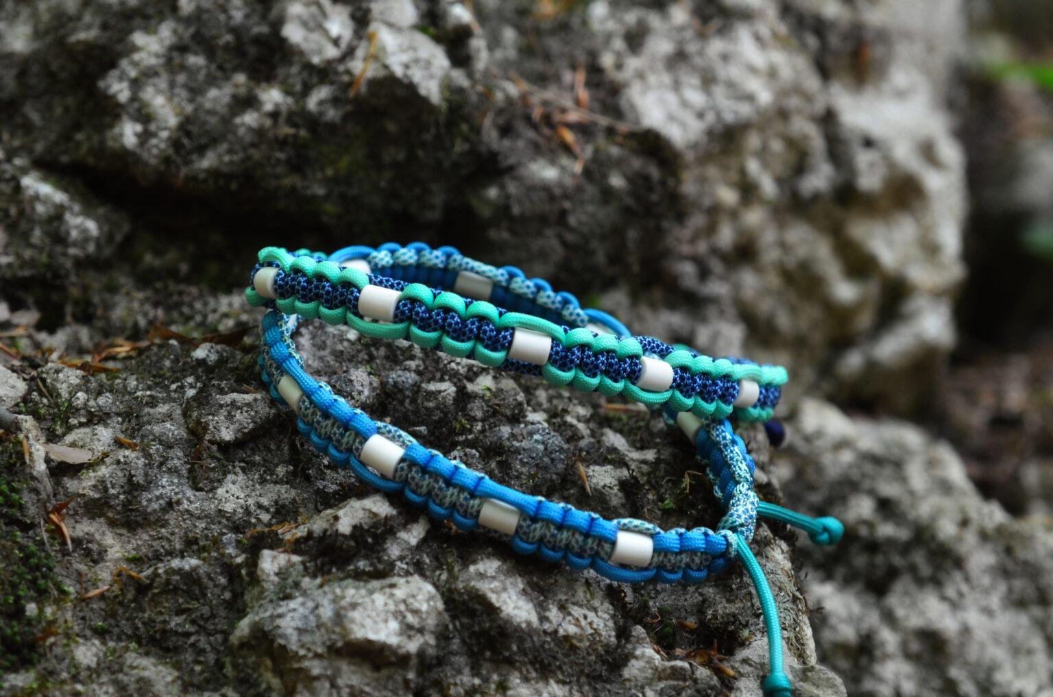 In Kombination mit gemusterten Cords wirken auch zweifarbige Halsbänder richtig peppig.
