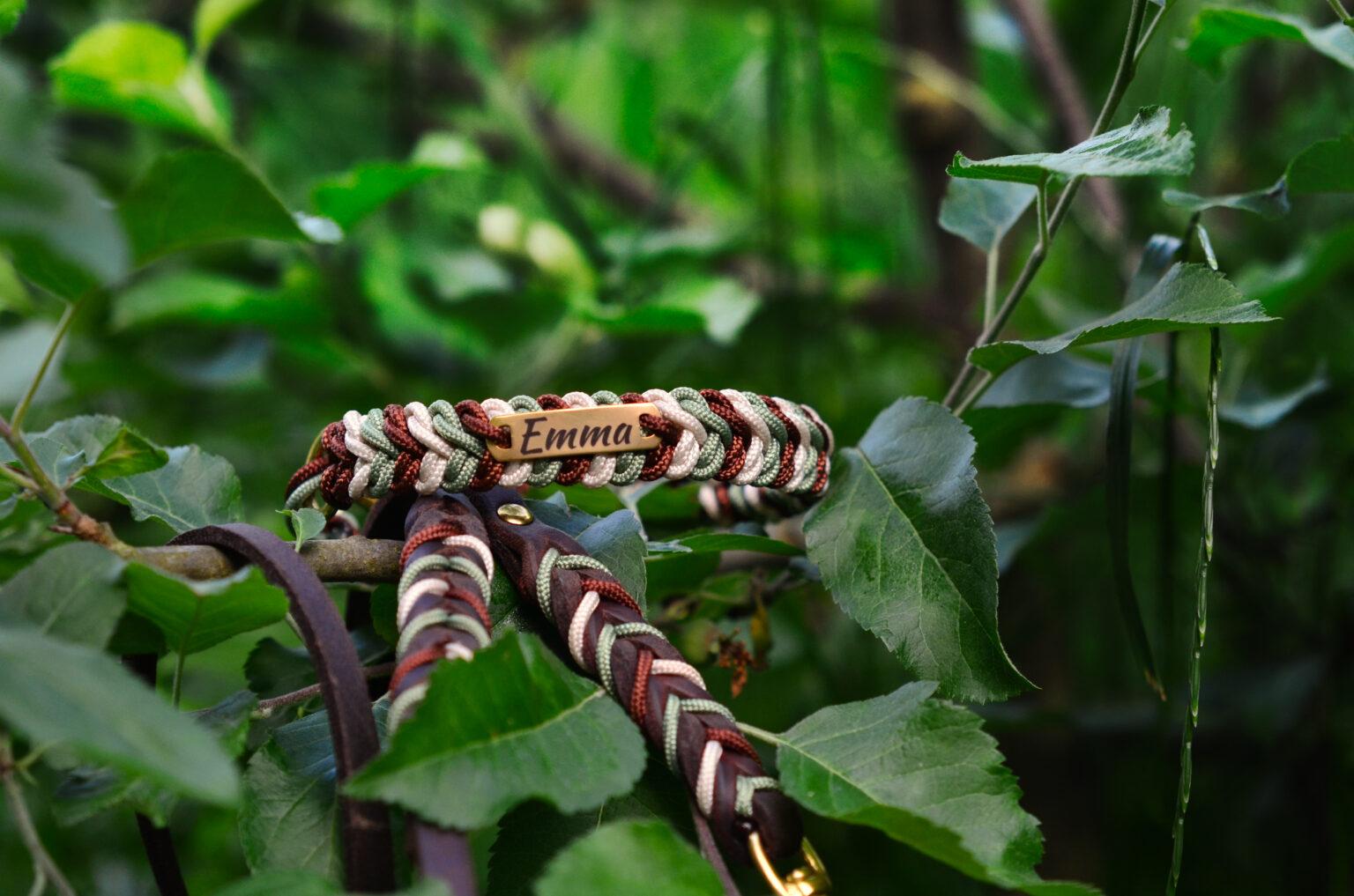 Für Emma durfte das Halsband etwas schmaler sein, daher ist die hübsche Grün-Braun-Creme-Kombination in Paracord Typ II angefertigt worden.