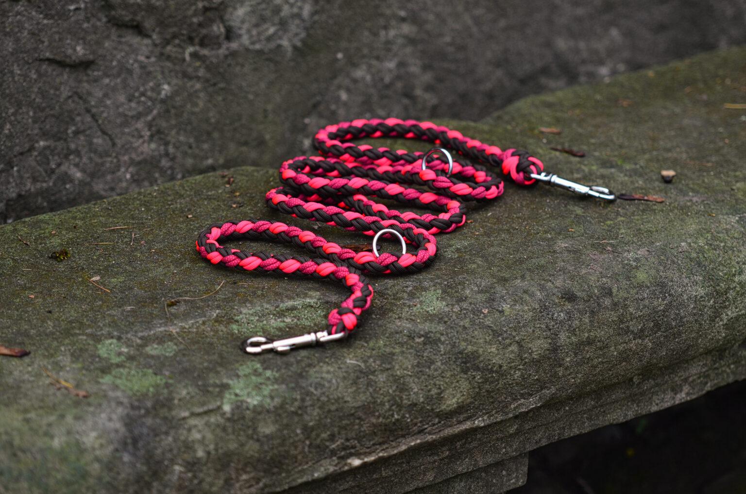 Diese Leine fällt schon von Weitem auf! Sie besticht durch cooles Pink und Schwarz und ist durch die eingeflochtenen Ringe mehrfach verstellbar.