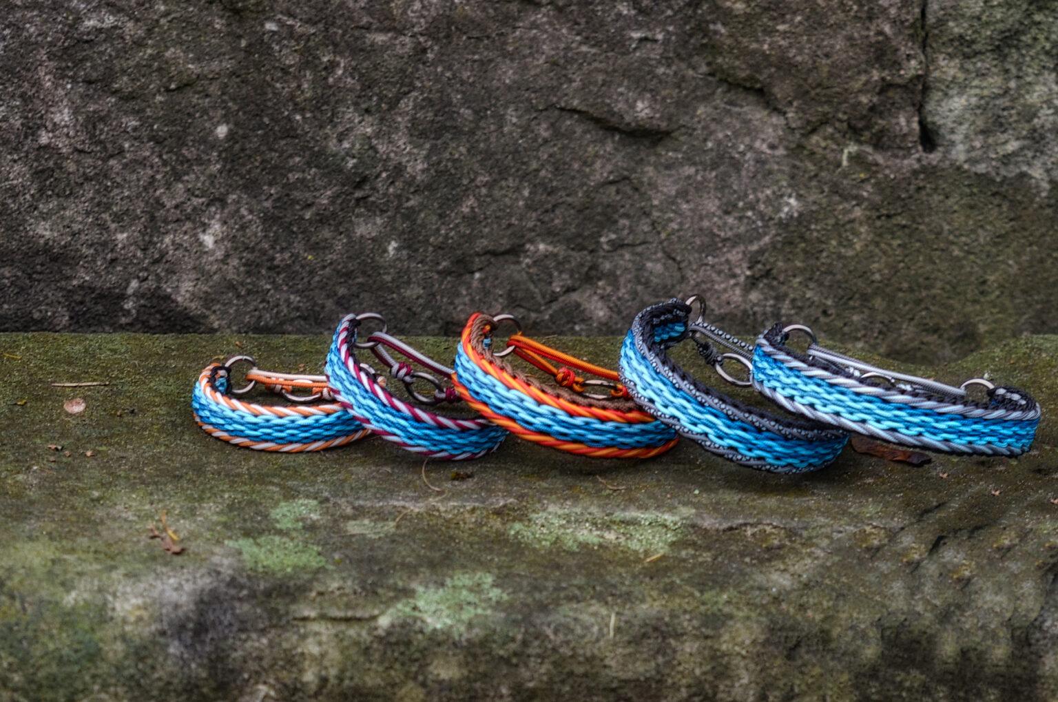 Der Zigeunerwirbel für eine ganze Bande. Die Hunde von Silke tragen in der Mitte die Rudelfarben Türkis und Petrol. Die Ränder sind passend zum Charakter jedes Einzelnen gewählt. Das 5er Rudel hat Halsbänder in Paracord Typ I und für die etwas Größeren in einem Typ I + Typ II Mix bekommen.