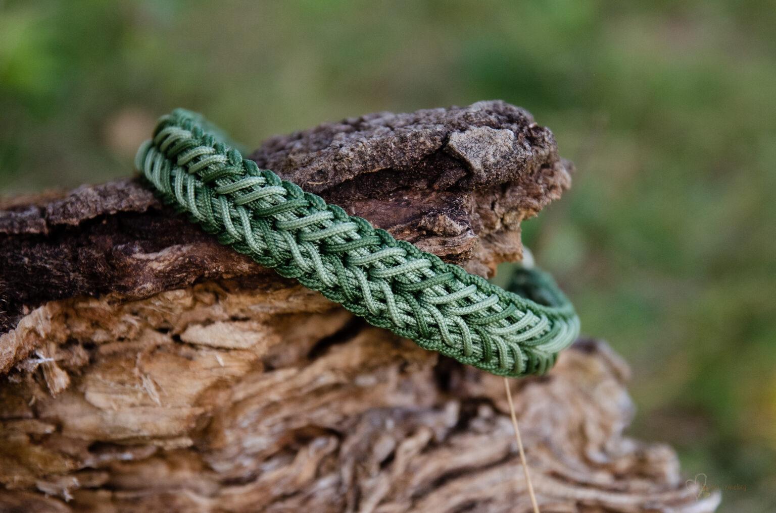 Das Halsband unseres Bruno-Bären ist eine schöne Kombination aus hellen und dunklen Grüntönen.